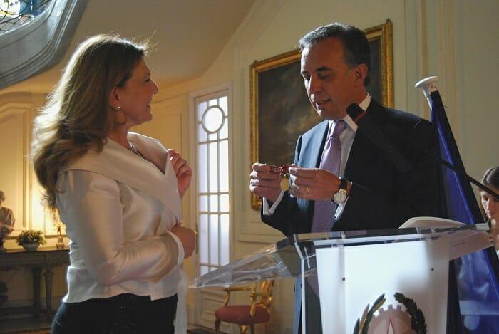 Nicoletta Negrini recibió la condecoración de manos deel Embajador de Italia en España, Sr. Pasquale Terracciano
