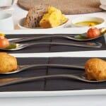 Tomates con crema de albahaca y anguila ahumada, y Buñuelos de Bacalao