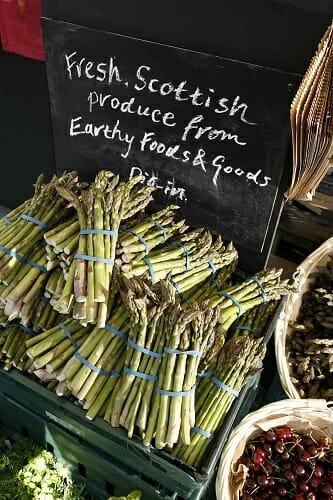 Los espárragos son uno de los productos naturales que podemos encontrar en los mercados rurales escoceses