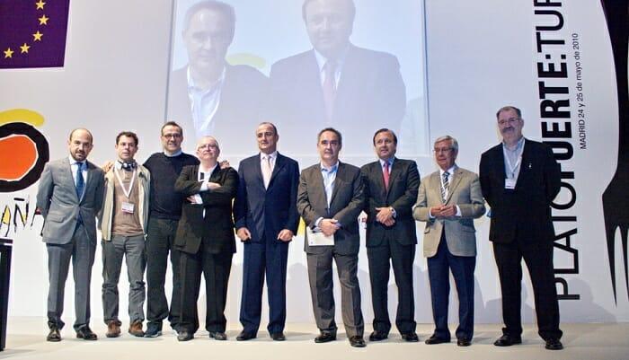 Foto de familia de las autoridades junto a los chefs participantes en el congreso