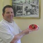 Paul Reygrobellet muestra una de sus riquísimas tartas junto a una fotografía de sus antecesores