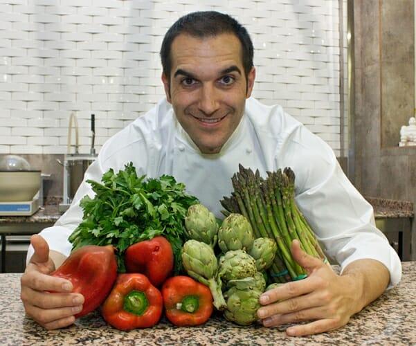 Mario Sandoval en la cocina de Coque con las verduras de la huerta que protagonizan algunos de sus nuevos platos de primavera
