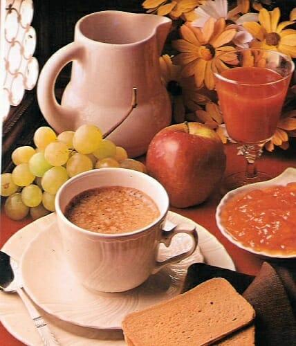 Una merienda equilibrada debe contener alimentos ricos en calcio y pobres en grasa total y saturada: cereales, lácteos y frutas