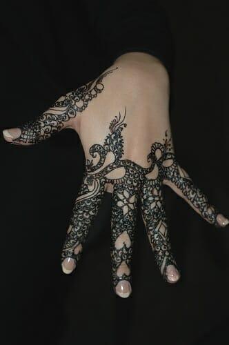 La munaqqasha se dedica a pintar y dibujar diseños característicos del arte llamado Naqsh sobre el cuerpo de la novia