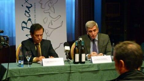 El Secretario General y el Presidente del CRDO Rías Baixas, durante la presentación del acto