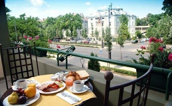 Un desayuno en la terraza del Hotel Mansión Andrássy es una excelente forma de comenzar un nuevo día