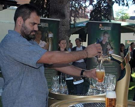 Eduardo Cros durante su participación en la final española del Internacional Bartender 2010