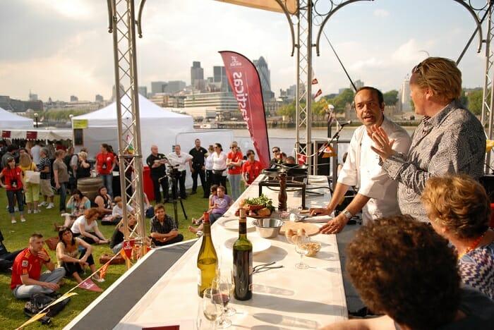 """Una de las actividades con mayor éxito fueron las demostraciones de """"cocina en vivo"""", impartidas por Olly Smith y el prestigioso cocinero español José Pizarro"""