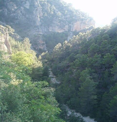 La vista de la Sierra de Segura, con sus crestas de caliza y las sucesivas líneas de montaña, cada vez más azules, cada vez más difuminadas, relaja la vista y también el espíritu