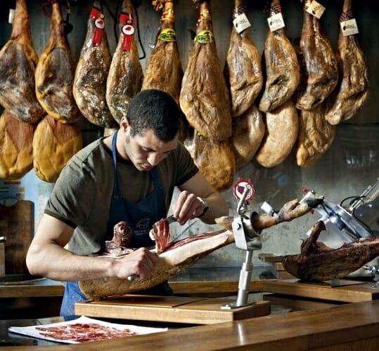 Un Gran Reserva de Joselito es cortado a mano en el mercado londinense de Borough