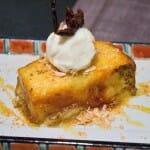 Torrija de pan brioche con baño de especias y helado de vainilla de Tahití