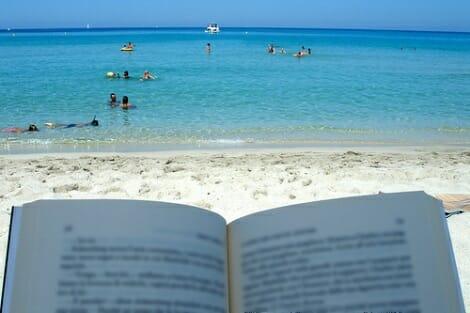 Os proponemos algunos libros sencillos y muy veraniegos, perfectos para leer durante estas semanas estivales