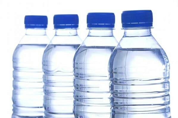 El estudio de la OCU concluye que el agua del grifo es una opción aceptable, más barata y que no genera residuos.