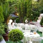 La terraza del Hotel Miguel Ángel se asemeja a un comedor colonial, al aire libre, con mucha vegetación