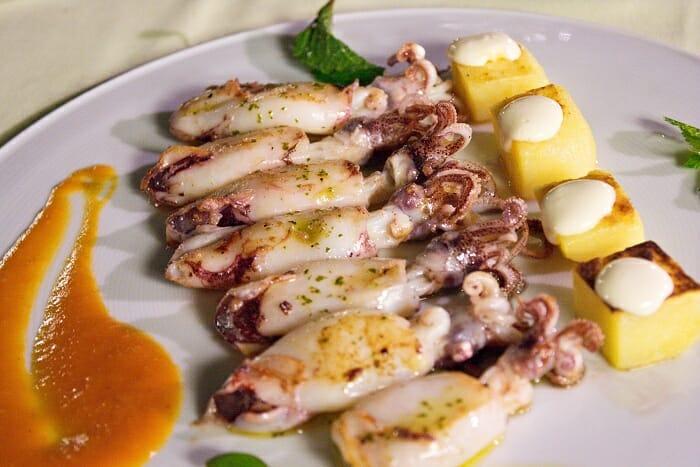 Chipirones de anzuelo a la parrilla, con patatas confitadas y salsa brava alioli