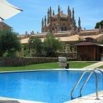 El hotel cuenta con dos piscinas, una familiar con piscina para niños y otra relajante sólo para adultos