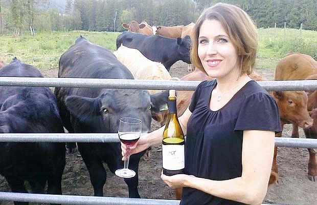 Janice Ravndahl, de Sezmu Meats in Kelowna, junto a algunas de sus vacas cuyo alimento se complementa con vino tinto