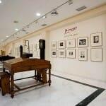 ... sino que además exhibe, en su Suite Volard, grabados de Picasso y obras de Dalí, Botero y Miró