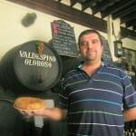 Jesús Ignacio Muñoz en el tabanco San Pablo con su tortilla. Foto: Cosas de Comé