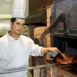 Radouan Tamib prepara un lechazo al horno de forma tradicional