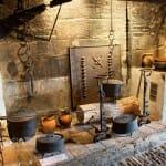 Imprescindible visitar la cocina con horno de pan, chimenea y ganchos para marmitas, además de asador y ollas para cocinar