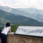 Las vistas desde la entrada al castillo de Gruyères son impresionantes