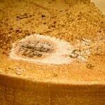 Cada queso dispone de códigos numéricos para permitir su trazabilidad respecto a lechería, quesería y afinador