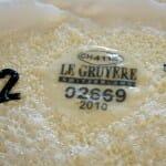 Cada queso es marcado con una placa como la de la imagen, que recoge todos sus datos y garantiza su autenticidad