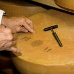 Los afinadores comprueban el estado del queso a través de un pequeño agujero que luego tapan