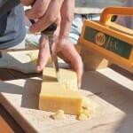 El queso Sbrinz, según los suizos la madre del Parmesano, se corta con una especie de cepillo o a mano con una herramienta especial