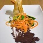 Alcachofas crujientes fritas rellenas de queso pecorino, con tagiatelle de verduras y pesto de aceitunas negras
