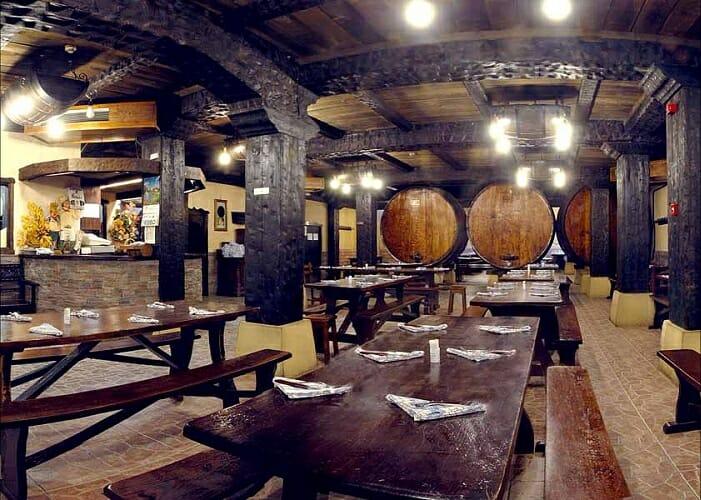 La Sidrería Petritegui ofrece un menú cerrado servido en bancos corridos con toda la sidra natura que se desee
