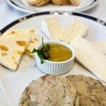 Surtido de foie de pato y quesos untuosos con tostitas de pan de pasas