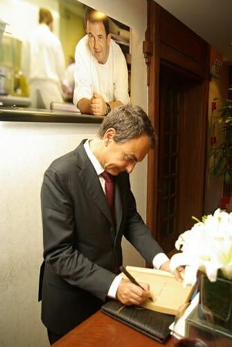 El presidente, José Luis Rodríguez Zapatero, firmando en el libro de honor del restaurante