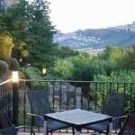El hotel dispone de una hermosa terraza junto al restaurante