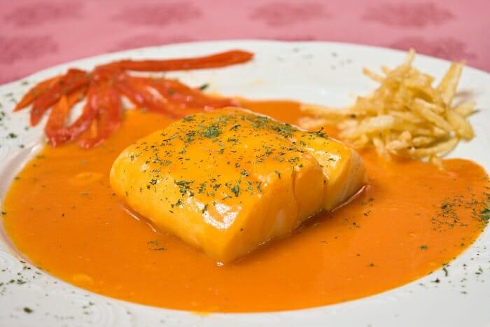 Bacalao en salsa de tomate y pimientos riojanos
