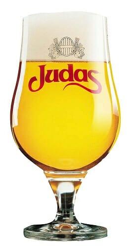 Se recomienda servir Judas a una temperatura de 4 a 6ºC, vertiéndola suavemente en un vaso con forma de copa que esté seco y desengrasado