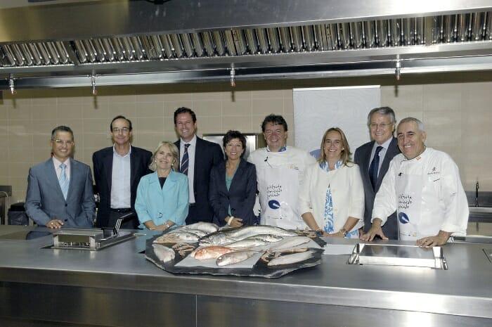 Foto de familia de organizadores y colaboradores de estas acciones de promoción del pescado y marisco nacionales
