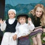 Inma Shara junto a dos pequeños de la comarca