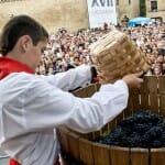 Niños vestidos con trajes populares depositaron en la cuba las uvas de sus municipios