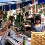 Los visitantes degustaron los vinos locales al módico precio de cinco euros, copa incluída