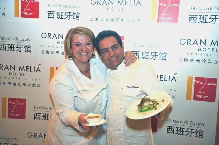 Léa Linster y Miguel Jiménez posan con sus platos en el muro de las estrellas del Hotel Gran Meliá Shanghai