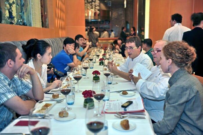 Aduriz y Arzak en la mesa con la prensa china, cuya presencia e interés desbordaron todas las previsiones