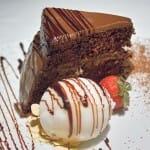 Bizcocho de chocolate con helado