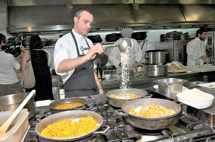Rodrigo de la calle prepara su Arroz de verduras de Aranjuez