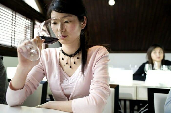 El aumento de compradores chinos ha hecho que los precios de los vinos del año aumentaran en un 30%