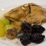 """Pato """"rustido"""" del Penedés con ciruelas, piñones y uvas"""