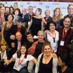 Foto de familia de actores, artistas y otros rostros populares que viajaron en el AVE del Cava