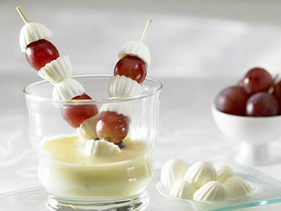 Crema de vainilla con brocheta de Burguitos y uvas