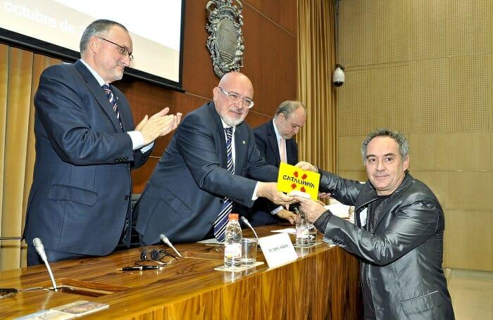 Ferran Adrià recoge el premio de manos del Conseller